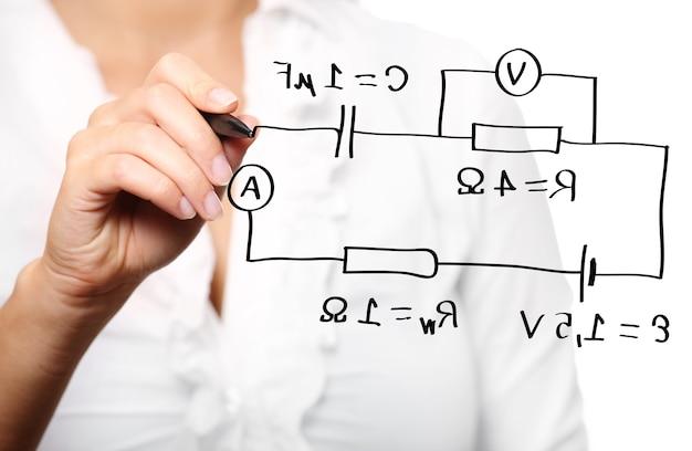 Un enseignant lors d'un cours de physique sur fond blanc