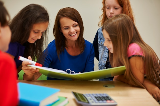 Enseignant montrant aux étudiants un livre intéressant