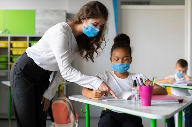 Enseignant montrant à un élève comment résoudre un problème