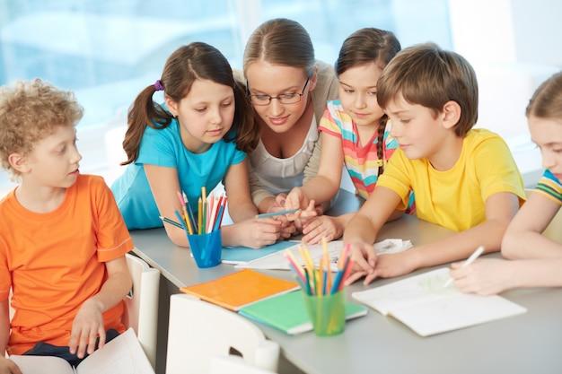 Enseignant parler aux étudiants