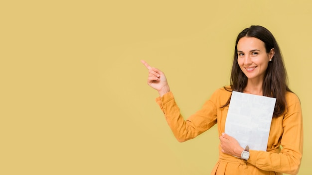 Enseignant pointant à côté d'elle avec copie espace