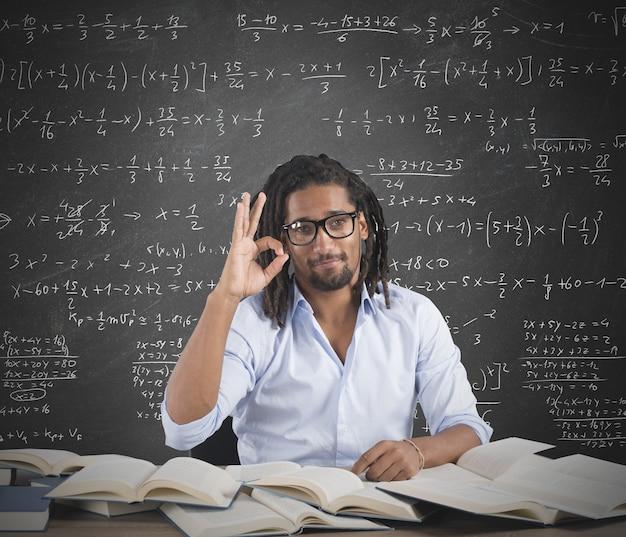 Enseignant de sexe masculin positif