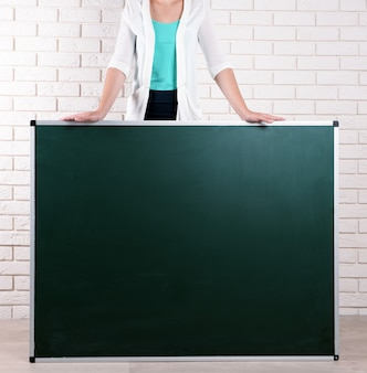 Enseignant avec tableau noir en classe
