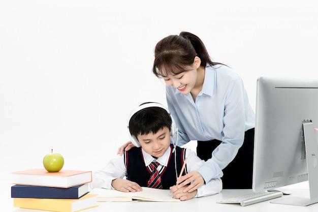 Enseignant tutorant les enfants en ligne