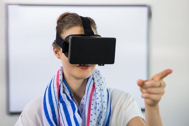 Enseignant, utilisation, réalité virtuelle, casque à écouteurs, classe