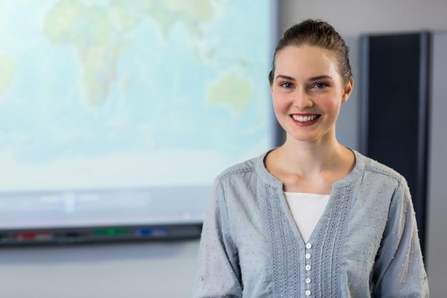 Enseignante debout contre l'écran du projecteur