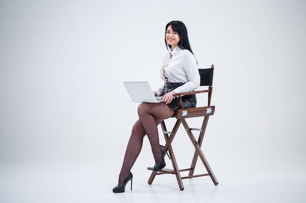 Enseignante, homme d'affaires étudie un nouveau projet sur un ordinateur portable. notion de jour ouvrable