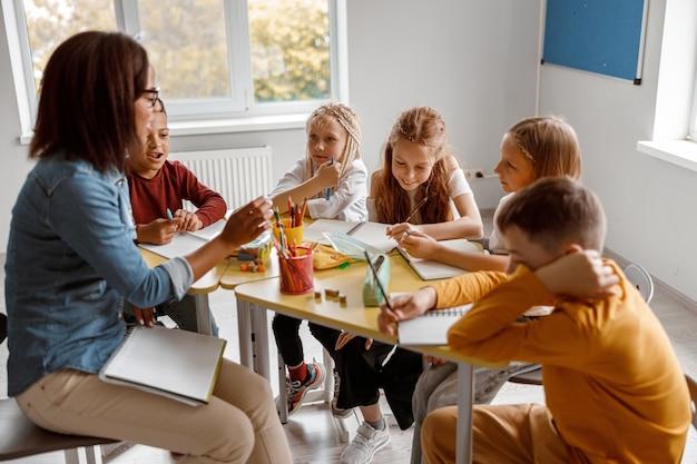 Enseignante pendant la leçon avec des élèves en classe