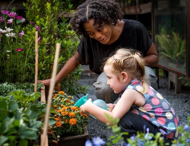 Enseignante et petite fille apprenant l'écologie jardinage