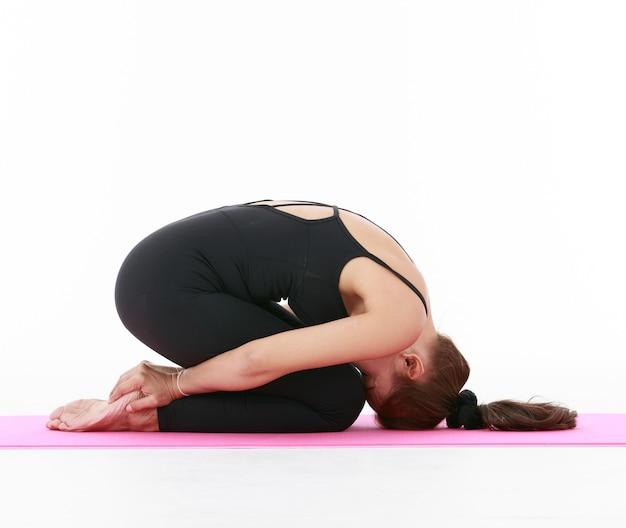 Enseignante professionnelle asiatique montrant et démontrant l'exercice et l'étirement du corps avec la pratique du yoga. concept pour la santé et l'équilibre de la vie.