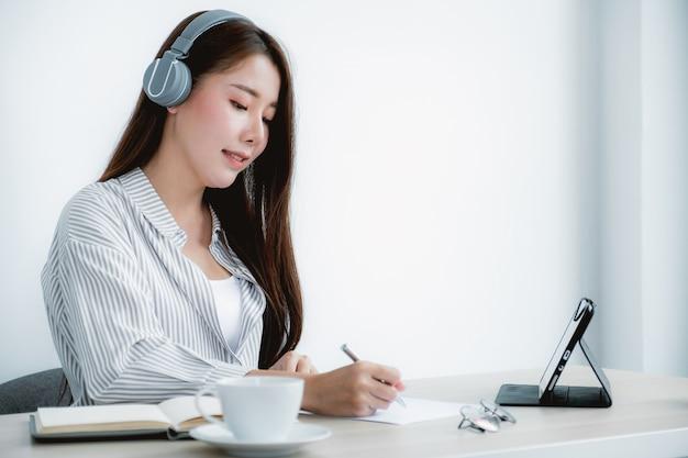 Les enseignants asiatiques enseignent en s'amusant en ligne depuis leur concept d'enseignement de la distanciation sociale de leur bureau à domicile