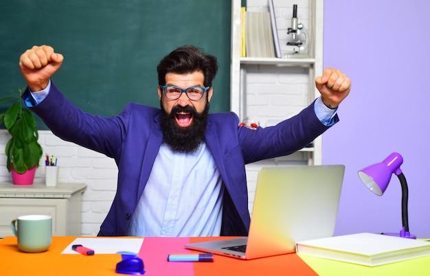 Les enseignants défient et inspirent le concept de l'école de retour à l'école et un enseignant convivial pour le temps heureux dans