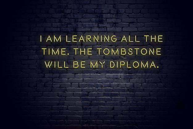 Enseigne au néon avec citation de motivation sage positive contre mur de briques