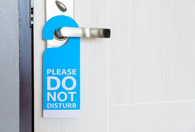Enseigne ne pas déranger accroché à la porte