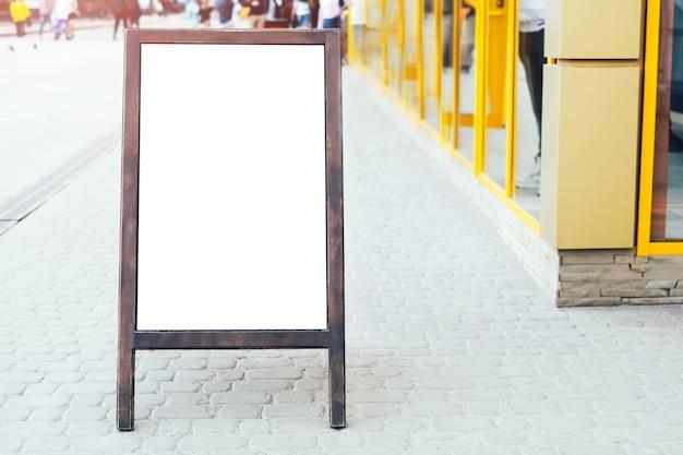 Enseigne publicitaire en plein air dans la rue
