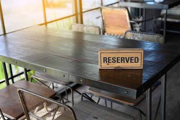 Enseigne de table réservée au restaurant