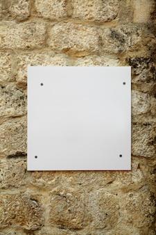 Enseigne vierge blanche sur le vieux mur de pierre