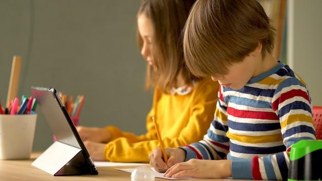 Enseignement à distance pour les écoliers