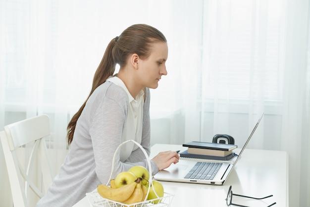 Enseignement à distance pour les étudiants. femme, étudier, bureau