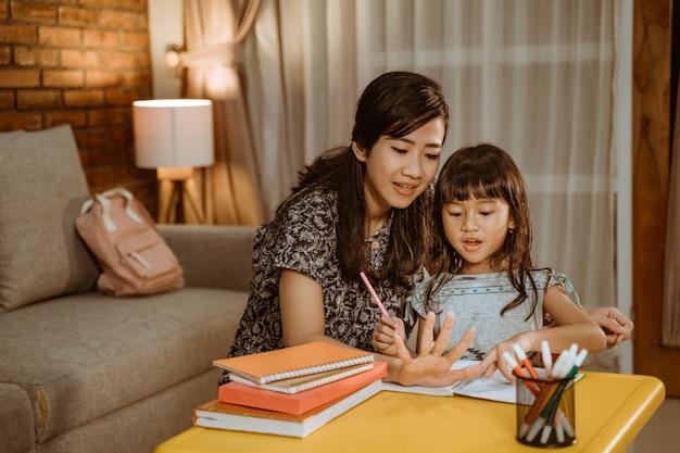 Enseignement à domicile mère et fille étudient ensemble