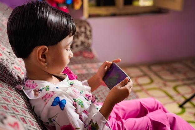 Enseignement à domicile petite étudiante asiatique apprenant une classe virtuelle en ligne sur internet