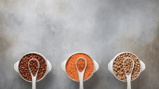 Ensemble de 3 céréales: haricots, lentilles, bannière d'aliments sains de pois chiches, place pour la surface en béton gris texte, vue de dessus