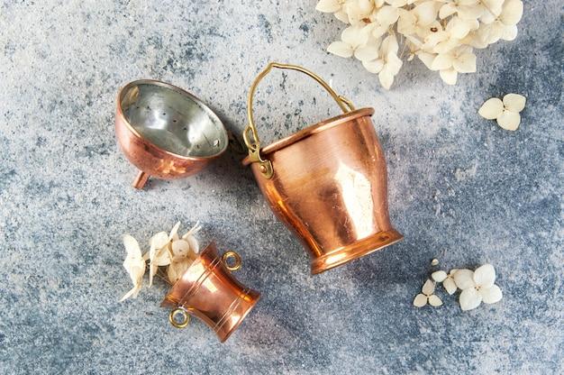 Ensemble de 3 miniatures en cuivre sur fond de béton