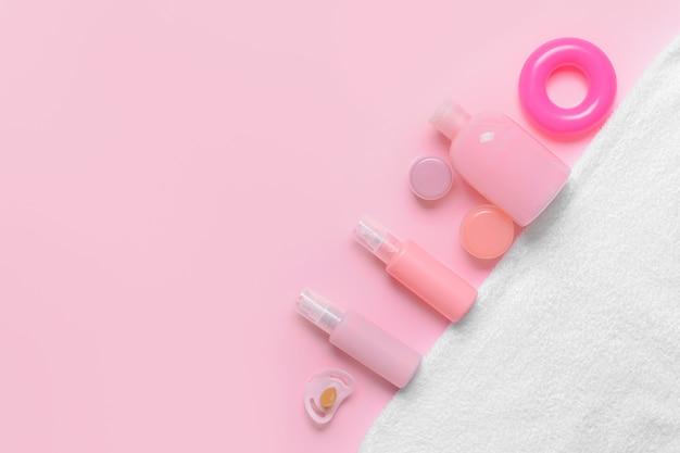 Ensemble d'accessoires de bain pour bébé sur fond de couleur
