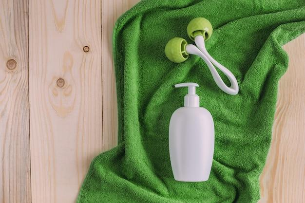 Ensemble d'accessoires bébé pour l'hygiène sur table en bois.