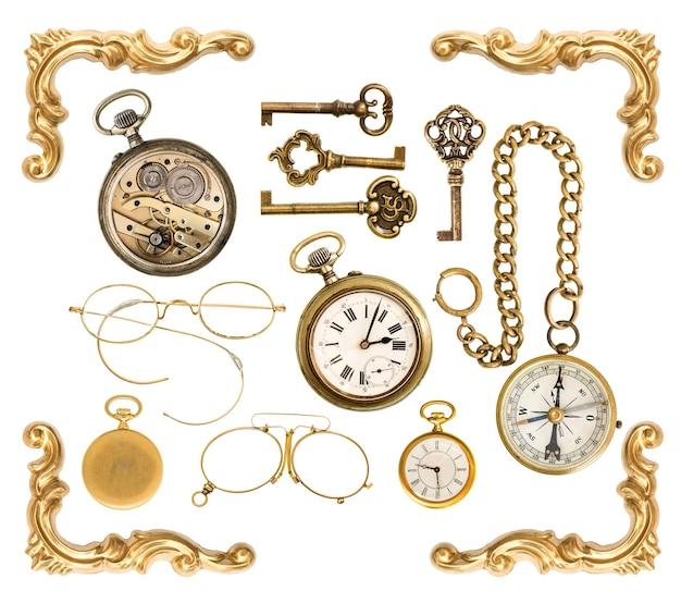 Ensemble d'accessoires de collection vintage dorés. clés antiques, horloge, boussole, lunettes, coin de cadre isolé sur fond blanc