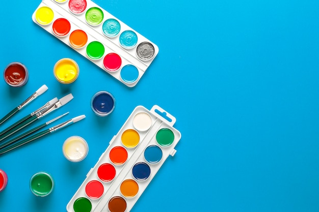 Ensemble d'accessoires colorés pour la peinture et le dessin.