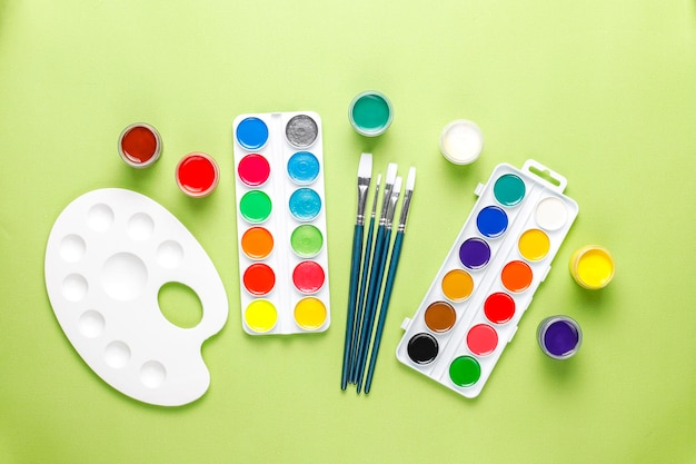 Ensemble D'accessoires Colorés Pour La Peinture Et Le Dessin. Photo gratuit