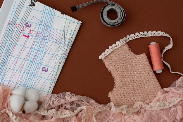 Ensemble d'accessoires de couture sur fond gris, vue de dessus
