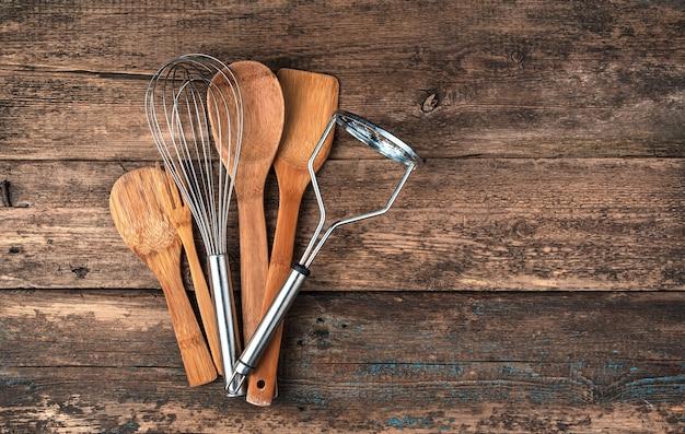 Un ensemble d'accessoires de cuisine sur une surface en bois