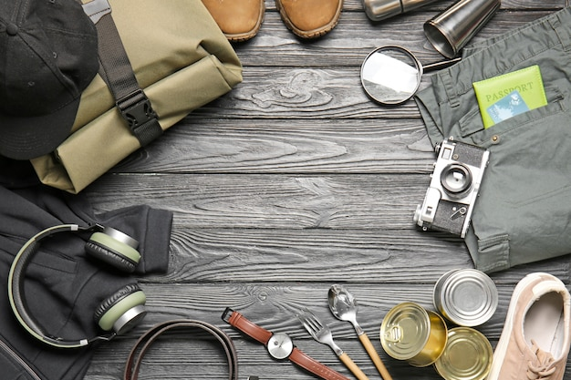 Ensemble d'accessoires du voyageur sur table en bois