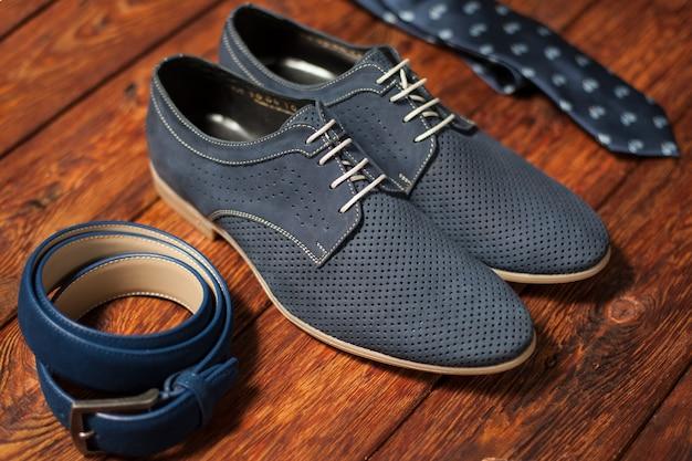 Ensemble d'accessoires élégants. ceinture chaussures homme et cravate imprimée