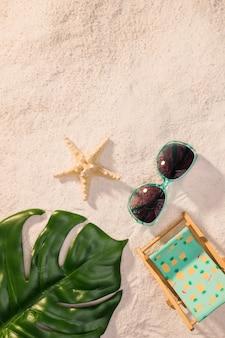 Ensemble d'accessoires d'été sur le sable