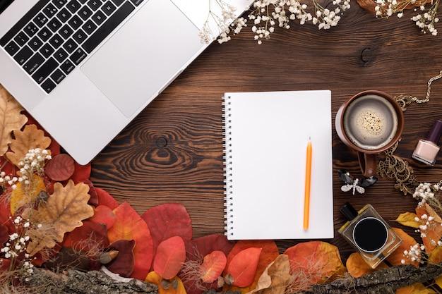 Ensemble d'accessoires féminins de mode. feuilles d'automne, cahier papier et ordinateur portable