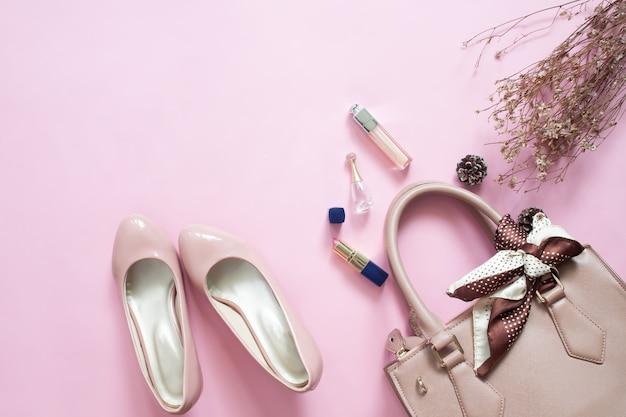 Ensemble d'accessoires de mode femme design. maquillage cosmétique. sac à main élégant et chaussures sur rose