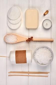 Ensemble d'accessoires pour cure thermale sur un bureau en bois blanc.