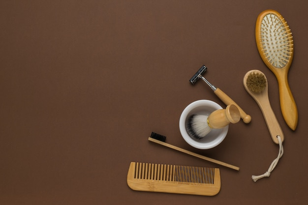 Un ensemble d'accessoires pour hommes vintage élégants en bois sur fond marron. mise à plat. espace pour le texte.