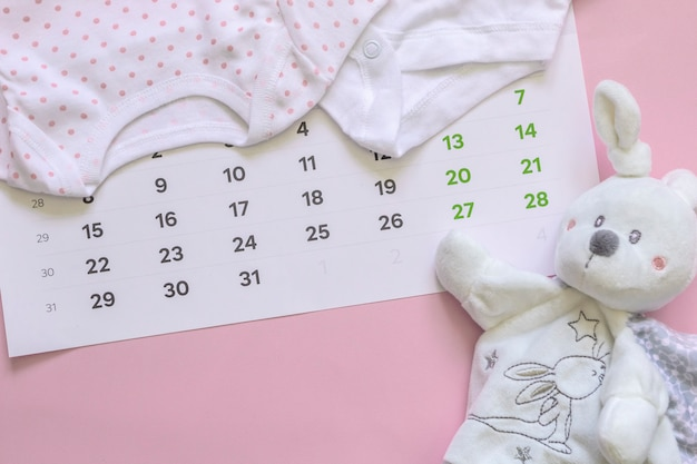 Ensemble d'accessoires pour nouveau-né en prévision de l'enfant - calendrier, vêtements pour bébés, jouets.
