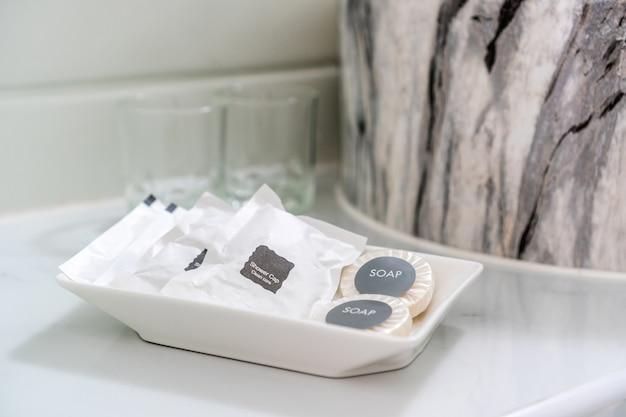 Ensemble d'accessoires de salle de bain pour le service à la clientèle