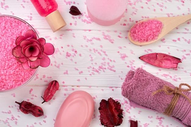 Ensemble d'accessoires de spa sur bois blanc sel rose de l'himalaya