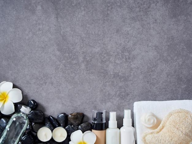 Ensemble d'accessoires de spa sur fond de marbre gris.