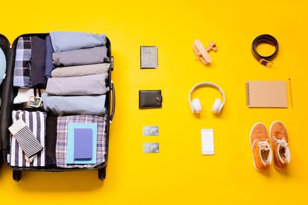 Ensemble d'accessoires de voyage sur jaune