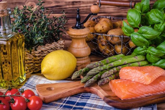 Ensemble d'aliments frais sur table en bois. mise au point sélective