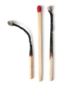 Ensemble d'allumette brûlée à différentes étapes isolé sur blanc