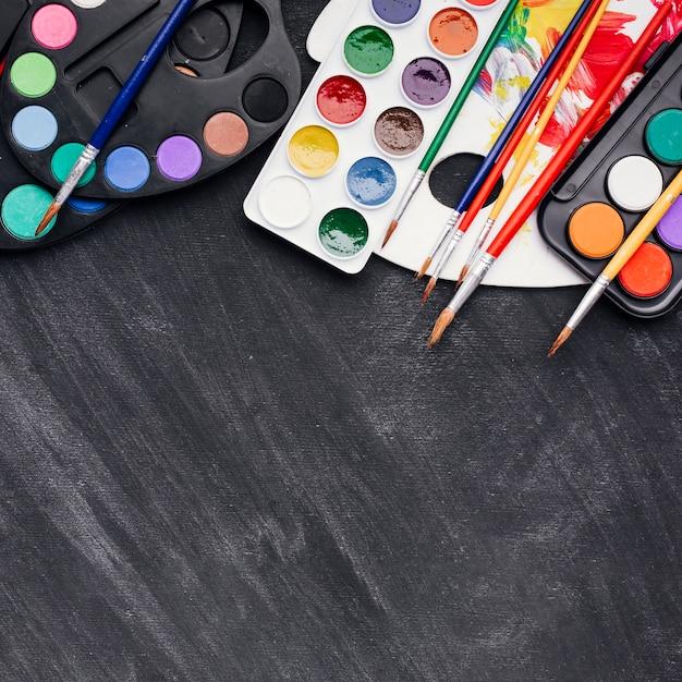 Ensemble d'aquarelles et pinceaux