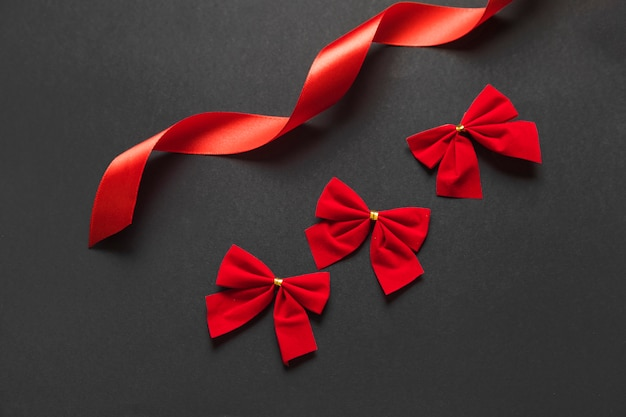 Ensemble d'arcs et ruban rouge